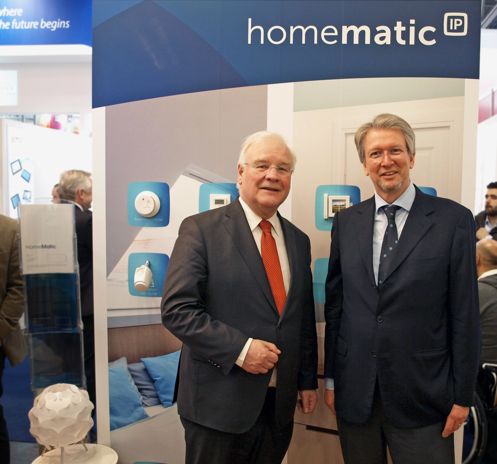 Präsident des Niedersächsischen Landtages Busemann zu Besuch bei eQ-3 auf der CeBIT