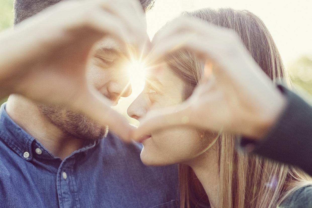 """Bei TeeGschwendner stehen im Februar mit dem fruchtig-spritzigen Früchtemix """"Heiß und Innig"""" alle Zeichen auf Liebe."""