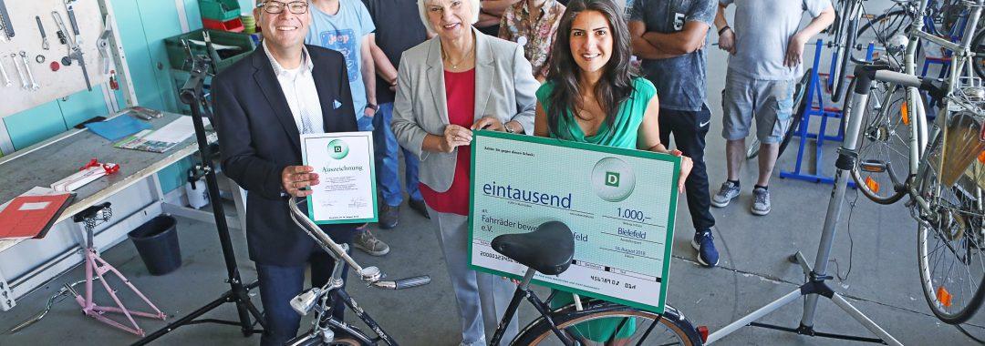 Integrationsstaatssekretärin Serap Güler zeichnet Fahrräder bewegen Bielefeld e.V. als Landessieger in Nordrhein-Westfalen aus